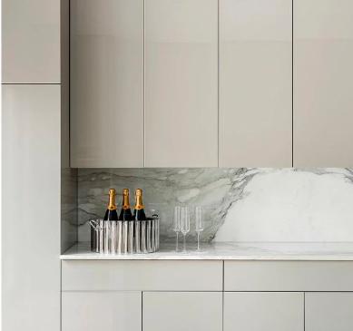 Бежева кухня на замовлення з мраморною тонкою стільницею та стіновою панеллю, мраморний фартух