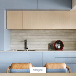 Дизайнерська кухня у приватний будинок із блакитні фасадами, тонкою стільницею