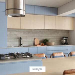 Модернова кухня із газовою плиткою та обіднім столом
