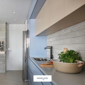 світла ніжна бакитна кухня у приватний будинок